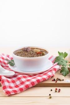 レンズ豆のシチューとチョリソとポテトの伝統的なスペイン料理
