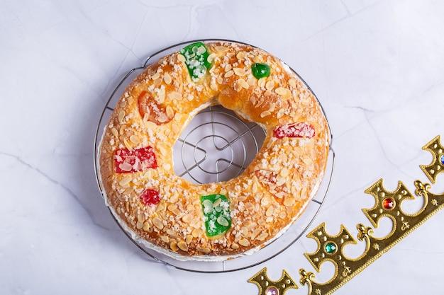 お祝いの装飾が施された伝統的なスペインのエピファニーケーキロスコンデレジェ
