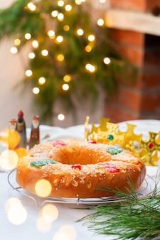 お祝いの装飾が施された伝統的なスペインのエピファニーケーキロスコンデレイズ