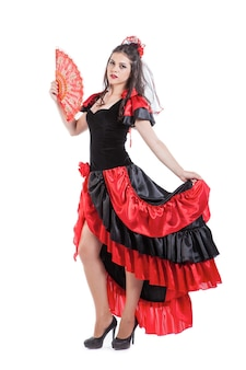 Танцовщица традиционного испанского фламенко в красном платье с веером