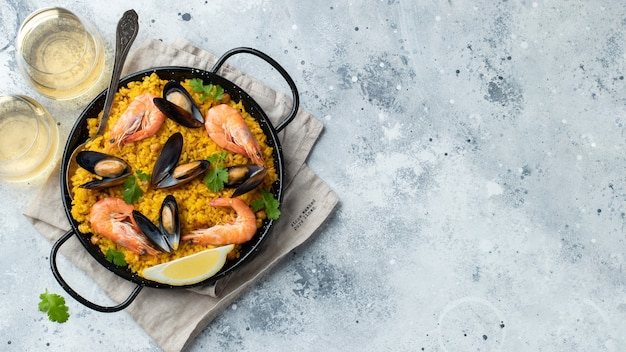 냄비에 전통적인 스페인 해산물 빠에야입니다.