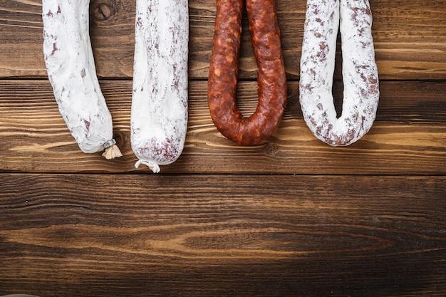 Мясо традиционных испанских копченых колбас, висящих с копией пространства