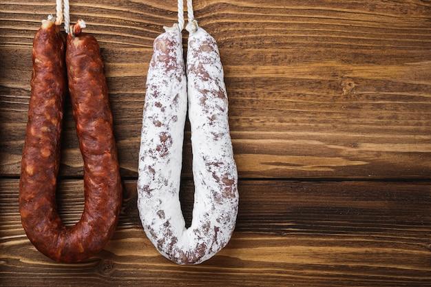 Традиционные испанские копченые колбаски мясные висячие