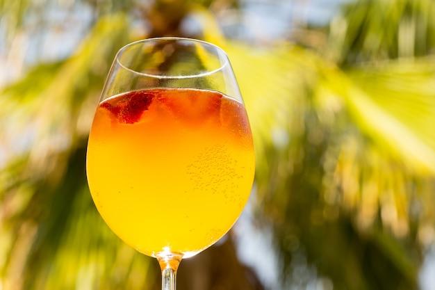 伝統的な夏の飲み物サングリア。オレンジとストロベリーのさわやかなドリンク。