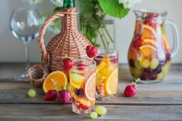 伝統的な夏の飲み物白スパークリングワインサングリア