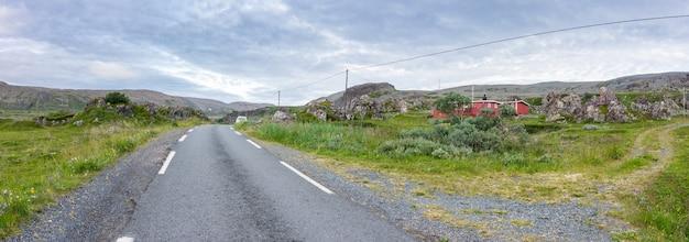 노르웨이의 finnmark, varanger 국가 관광 루트를 따라 있는 전통적인 여름 가옥