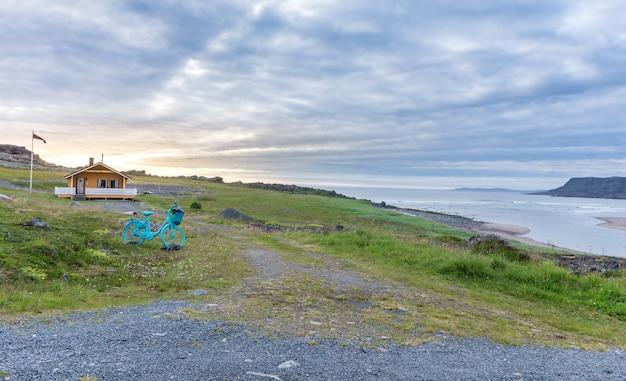 Varanger national tourist route, finnmark, norway를 따라 barents sea 해안의 전통적인 여름 주택