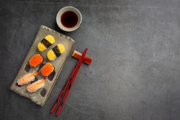 Традиционные суши на темной поверхности