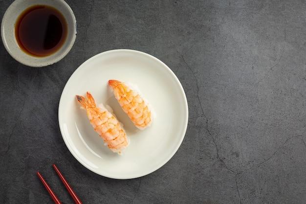 어두운 표면에 전통 초밥