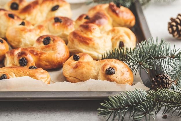 伝統的なスウェーデンのクリスマスサフランパン。スウェーデンのクリスマス。