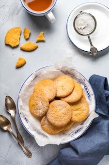 古いヴィンテージの灰色の背景に伝統的なスウェーデンのクッキー夢またはdrommar。上面図