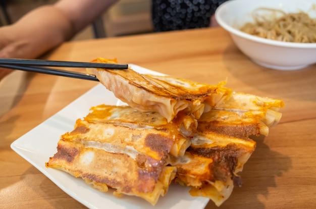 Традиционные тайваньские закуски из жареных пельменей в ресторане на тайване