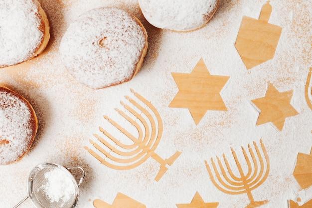 Традиционные вкусные пончики на столе