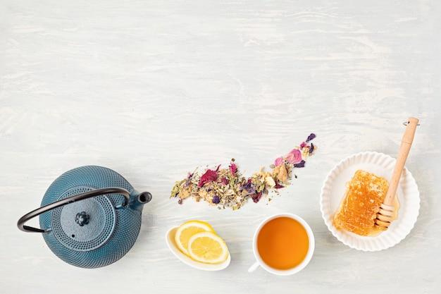 伝統的な茶道のアクセサリー、ティーポットとハーブ、ドライフルーツティー。ストレス解消、リラクゼーション、癒し、健康的な慰め、ティータイム、禅の態度の概念。上面図、フラットレイ