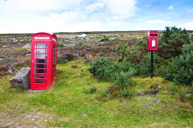 아무데도 없는 스코틀랜드의 전통적인 전화 및 우편함