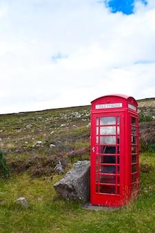 아무데도 없는 스코틀랜드의 전통적인 전화 박스