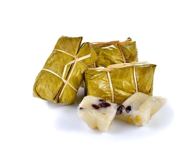 分離したバナナを蒸したもち米と伝統的なタイのデザート