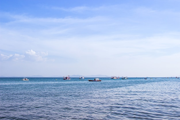 Традиционная тайская рыбацкая лодка, плавающая в море.