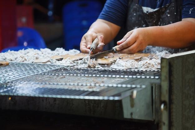 Hでトーストした生地から作られた伝統的なタイの甘いおやつ、ココナッツパイクレット(kanom babin)