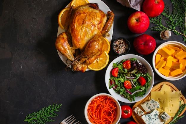 전통적인 추수 감사절 닭고기 또는 칠면조, 크리스마스 축제 테이블 설정 음식 테이블, 많은 요리 메뉴. 음식 . copyspace. 평면도