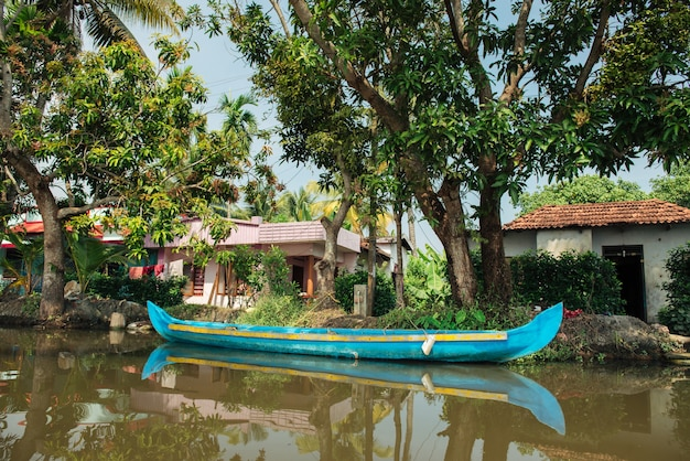インド、ケララ州、アレッピーの背水にある伝統的な観光船
