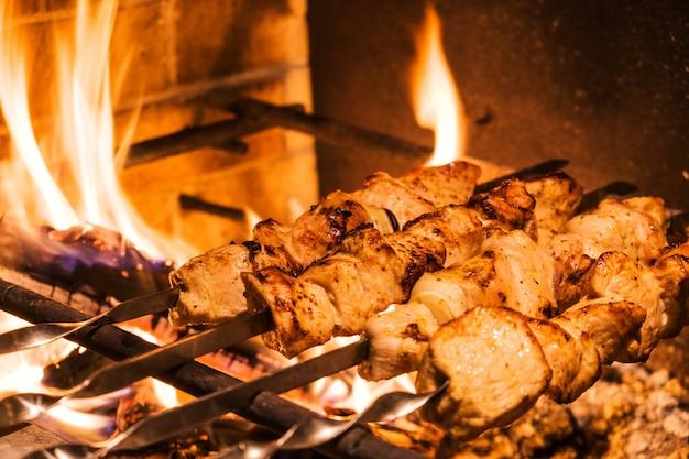 夕食のためのトルコ料理レストランの串焼きとグリルで伝統的なトルコのケバブ。トルコの食文化。