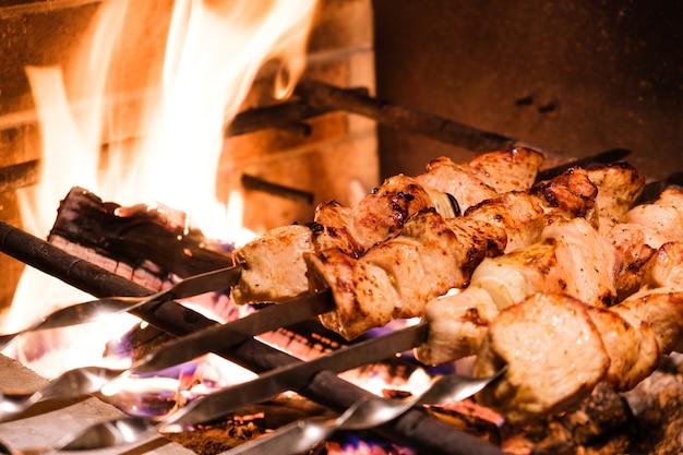 저녁 식사를 위해 터키 레스토랑에서 꼬치와 그릴에 전통적인 터키 케밥. 터키의 음식 문화.