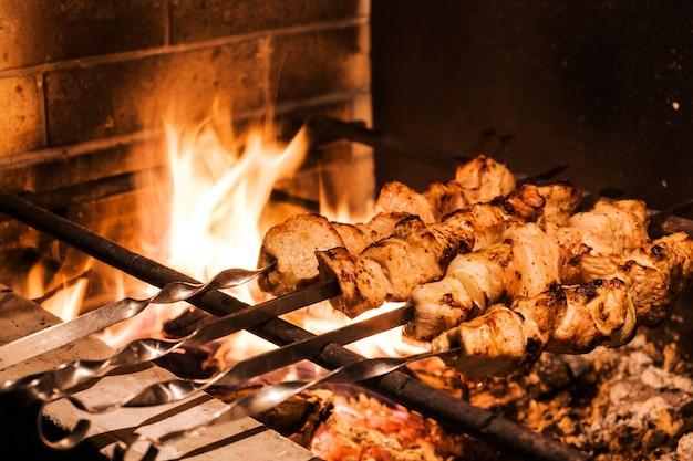 ディナーにトルコ料理レストランで串焼きとグリルで伝統的なトルコのケバブ