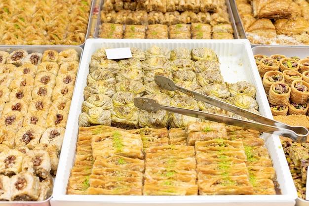 전통적인 터키 아랍어 디저트 바클라바 쟁반에 있는 다양한 종류의 바클라바