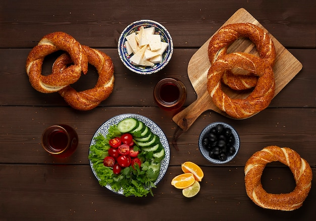 素朴な木製のテーブルで伝統的なトルコのベーグルシミット朝食