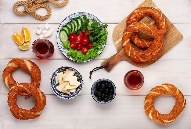 伝統的なトルコのベーグルシミット、朝食、木製のテーブル
