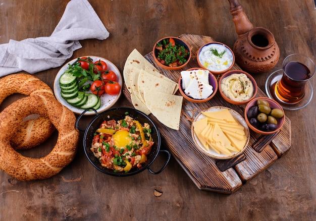 Традиционный турецкий завтрак с мезе и симит