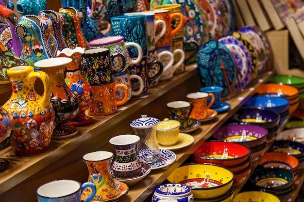 이스탄불 그랜드 바자르 매장에 처분된 전통 터키 도자기