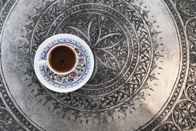 Традиционная турецкая кофейная чашка с орнаментом с серебряным подносом
