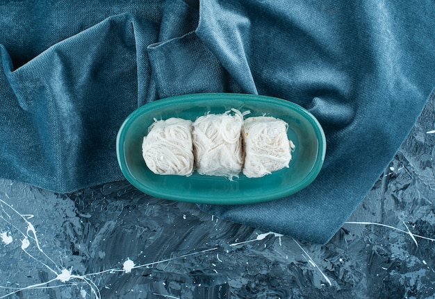 파란색 테이블에 수건에 접시에 전통적인 터키 솜사탕.