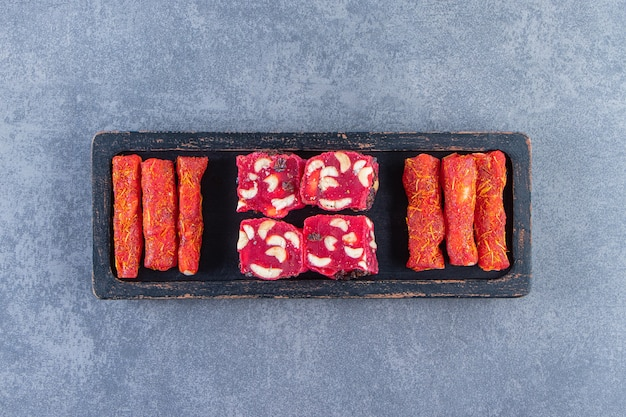 Delizie turche tradizionali su un piatto di legno sulla superficie di marmo