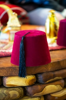 木製のテーブルにフェズと呼ばれる伝統的なトルコの帽子