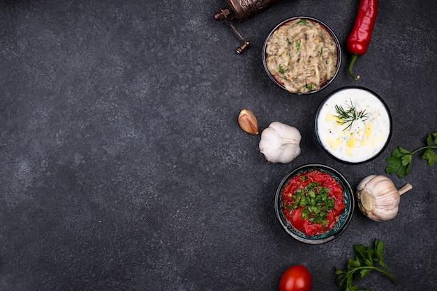 Традиционные турецкие или арабские соусы мезе. дип из баклажанов баба гануш, цацики и томатный эзмэ