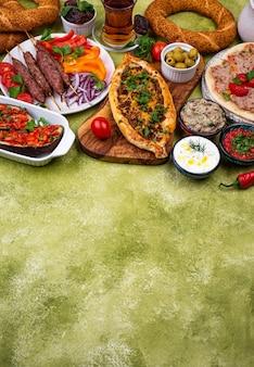 Традиционные турецкие или ближневосточные блюда. кебаб, мезе, пиде, лахмаджун, чай и кофе