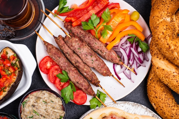伝統的なトルコ料理または中東料理。ケバブ、メゼ、ピデ、ラフマジュン、紅茶、コーヒー