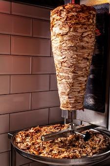 전통적인 터키 동양 요리 doner 케밥을위한 닭고기
