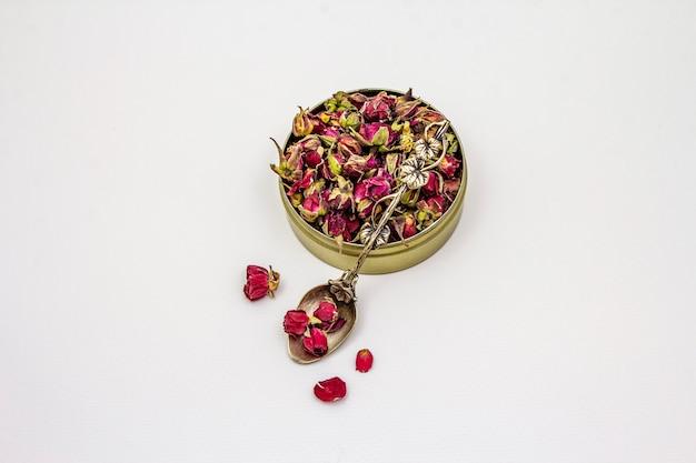 白い背景に分離された伝統的なトルコのバラのつぼみ茶