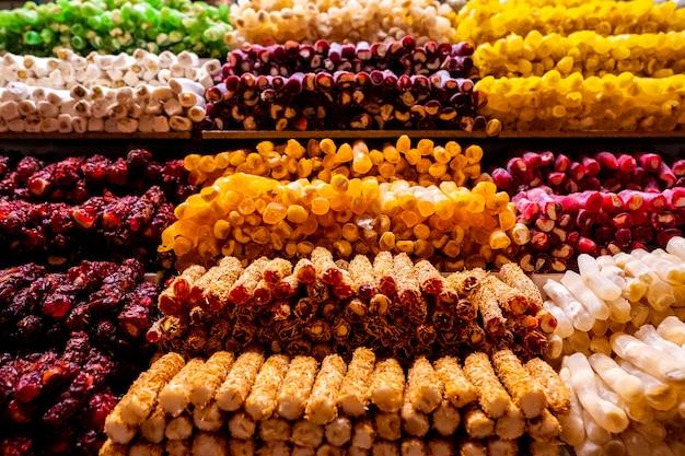 市場の伝統的なトルコ菓子