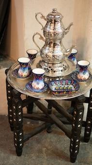 小さなヴィンテージのコーヒーテーブルにセットされた伝統的なトルコ茶銀器器具