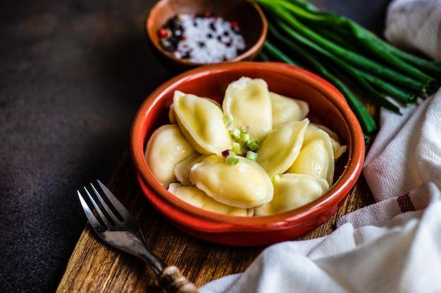 Традиционное украинское блюдо вареники с сыром