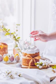 白いスイスのメレンゲと伝統的なウクライナのイースターケーキ