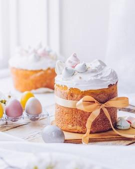 흰색 스위스 머랭과 전통적인 우크라이나 부활절 케이크