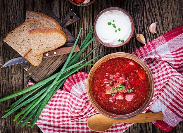 Традиционный украинский русский борщ или красный суп в миске. вид сверху