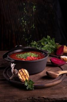 伝統的なウクライナのロシアのボルシチまたはボウルに赤いスープ伝統的なウクライナのスープボルシチ