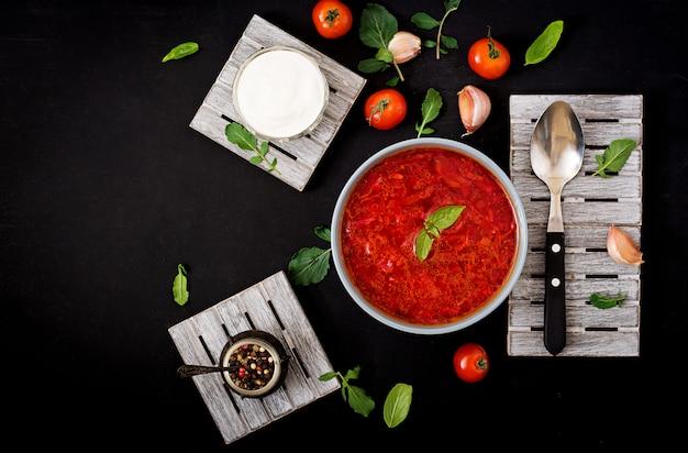 Традиционный украинский овощной борщ суп в миску.